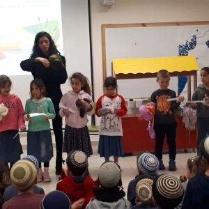 הצגה עם הילדים במפגש סופרת