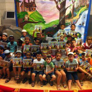 קהל הילדים מצטלמים עם הספר והשחקנים