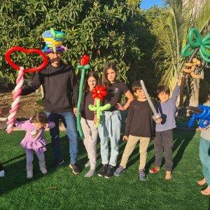 ילדים אם שלל צורות מבלונים